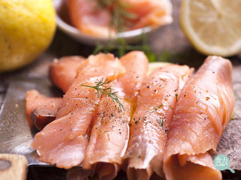 「食力」煙燻鮭魚怎麼個「燻」法?原來還可以分成這兩種!