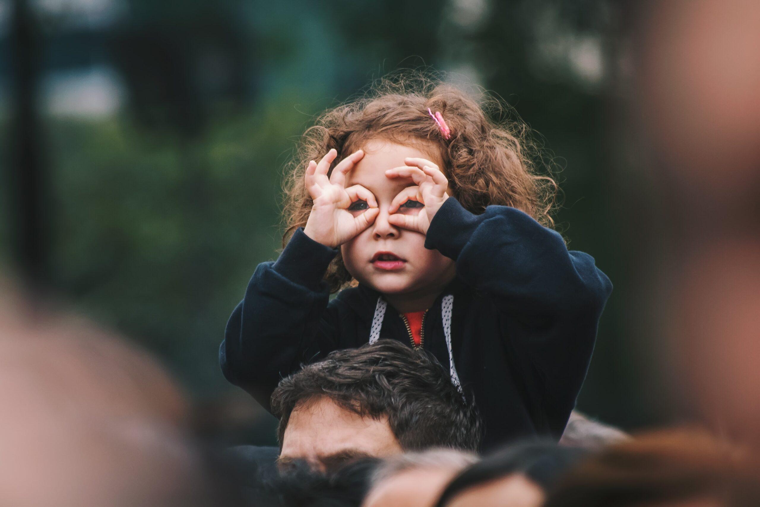 抗議、暴亂…如何和孩子講述和溝通這些問題?避而不談實非上策,正確溝通才能積極引導
