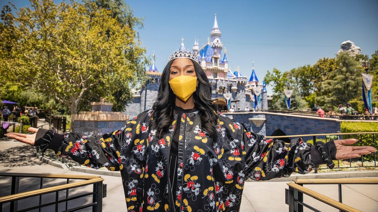 格萊美獲獎藝術家Brandy訪問迪士尼樂園,慶祝公主主題曲的發行