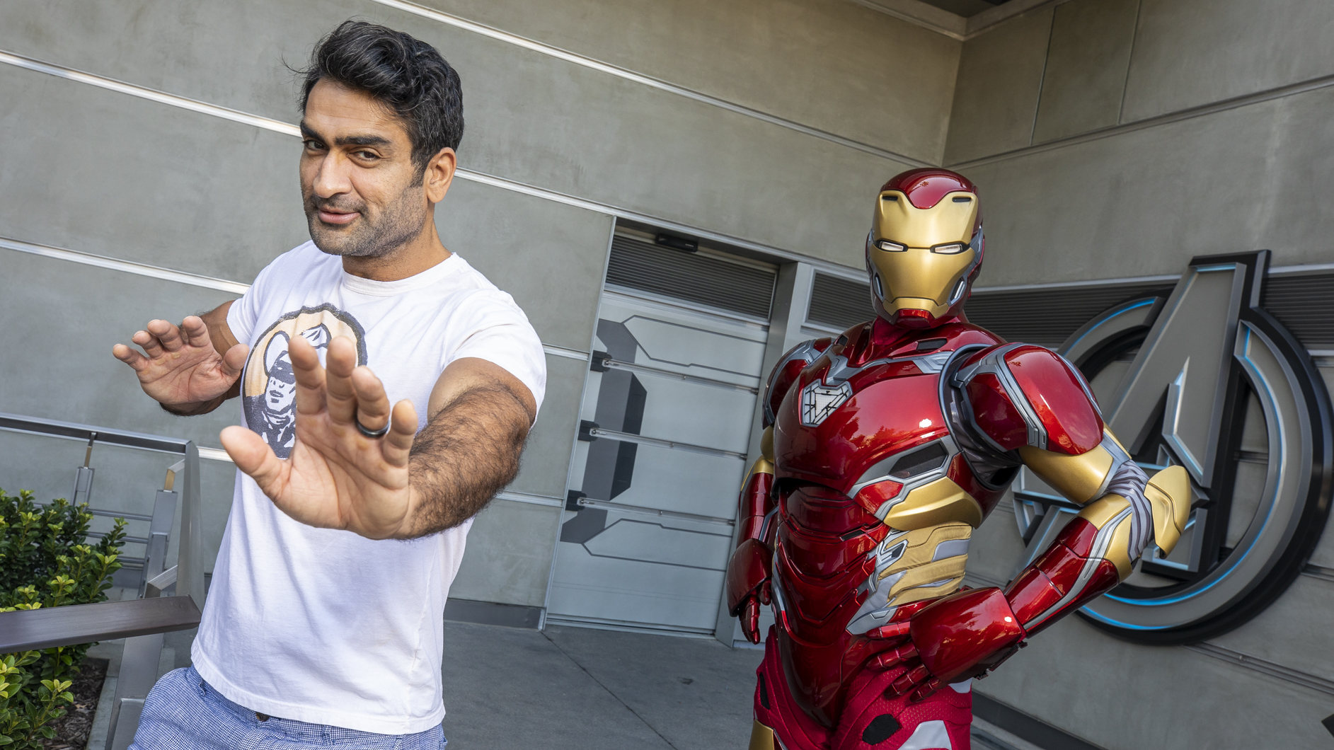 《永恆族》演員庫梅爾-南賈尼在迪士尼加州冒險公園參觀復仇者聯盟園區時遇到鋼鐵
